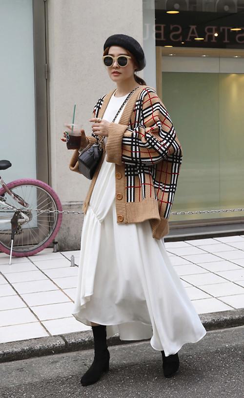 Trong những ngày trở gió, áo cardigan trên chất liệu len sẽ khiến mẫu váy trắng bớt