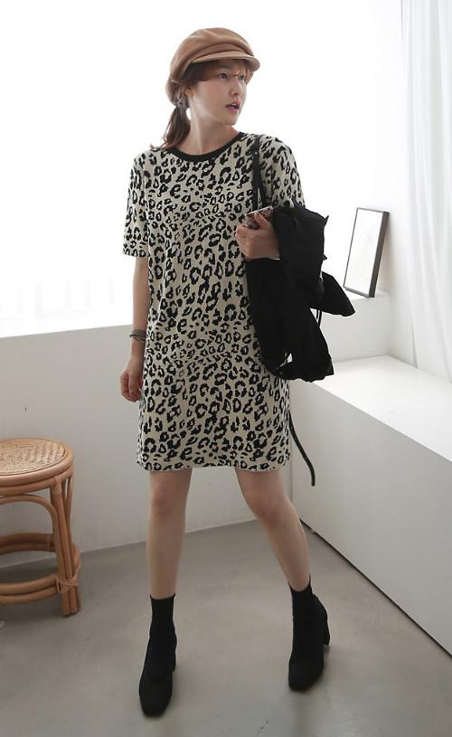 Trong tiết trời dịu mát, chị em công sở vẫn có thể chưng diện các kiểu váy suông, váy thắt eo trên các chất liệu mềm, nhẹ. Bên cạnh đó, nên chọn các kiểu áo khoác mỏng, bốt để phối đồ.