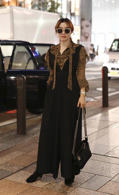 Áo blouse thiết kế trên chất liệu lụa mềm trở thành điểm nhấn cho set đồ có sắc đen bao trùm. Kiểu jumpsuit hai dây ống rộng vừa tôn nét cá tính vừa mang lại vẻ thanh lịch. Tuy nhiên set đồ này chỉ phù hợp với các bạn gái có vóc dáng mảnh mai và chiều cao lý tưởng.