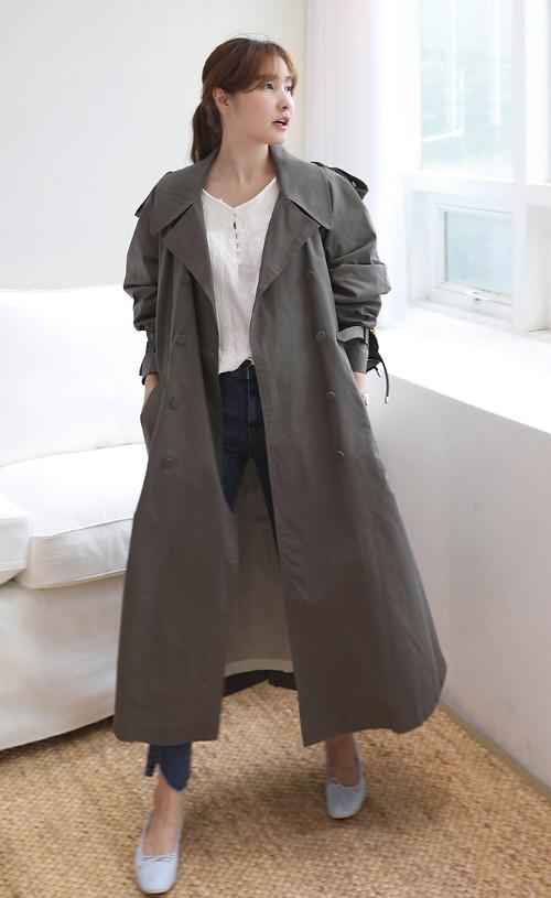 Đến văn phòng vào những ngày thu se lạnh, áo choàng, áo khoác mỏng cũng là một trong những sự lựa chọn hợp lý.