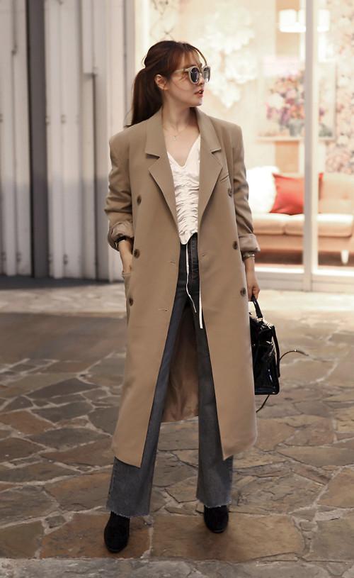 Trench coat trung tính là trang phục mỗi bạn gái nên có để mix đồ thu tiện lợi hơn. Kiểu áo dáng dài, màu đơn sắc dễ dàng phối cùng sơ mi, quần jeans, chân váy midi.