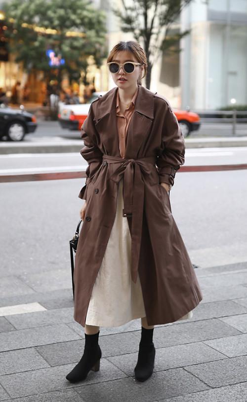 Phối trang phục nhiều layer với các mẫu áo quần cắt may trên chất liệu kaki mỏng cũng được các fashionista Hàn Quốc yêu thích.