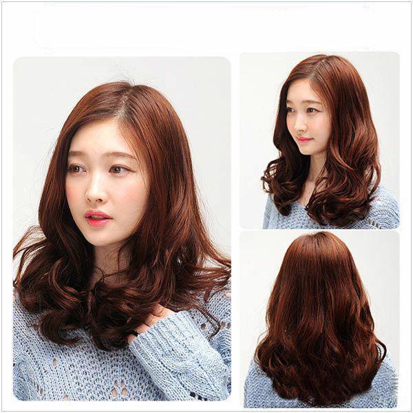 Việc uốn phồng đuôi tóc sẽ tạo cảm giác mái tóc mỏng của bạn dày và nhiều hơn thực tế
