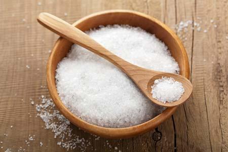 Việc tiêu thụ quá nhiều muối và thức ăn mặn là nguyên nhân gây béo mặt phổ biến ở phái nữ