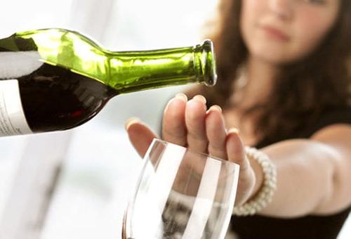 Việc uống quá nhiều đồ uống chứa cồn như rượu, bia,… cũng chính là thủ phạm khiến chất béo tích tụ trên gương mặt bạn