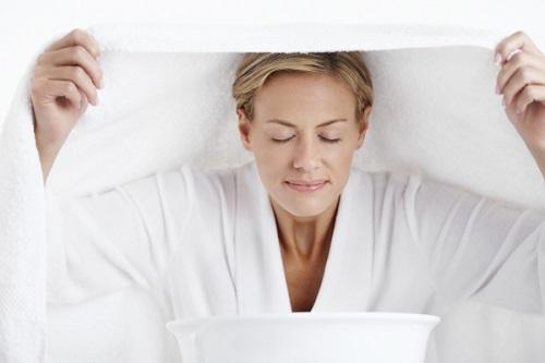 Nếu bạn thường xuyên xông hơi cho da mặt từ 10 đến 15 phút mỗi ngày thì sẽ giúp lỗ chân lông được thông thoáng, loại bỏ nhân mụn nhanh chón