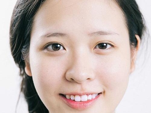 Khi sở hữu một đôi mắt không đều nhau, bạn có thể kẻ thêm một đường eyeliner thật mỏng sao cho bên mắt nhỏ đậm hơn so với bên còn lại