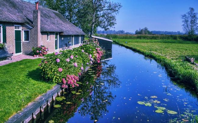 Ngôi làng không có đường đi, nhà nào nhà đó tràn ngập hoa tươi, đẹp như trong cổ tích - Ảnh 2.