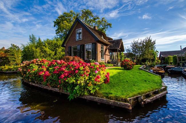 Ngôi làng không có đường đi, nhà nào nhà đó tràn ngập hoa tươi, đẹp như trong cổ tích - Ảnh 3.