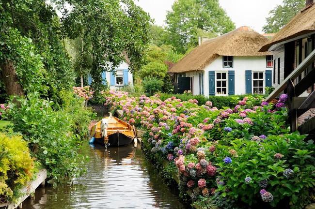 Ngôi làng không có đường đi, nhà nào nhà đó tràn ngập hoa tươi, đẹp như trong cổ tích - Ảnh 5.