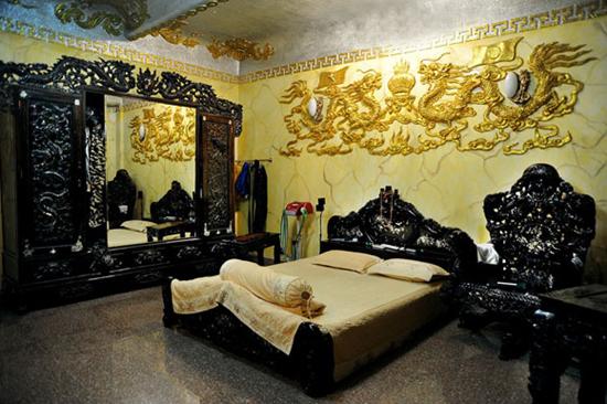 Phòng ngủ dát vàng với giường tủ gỗ quý hiếm.