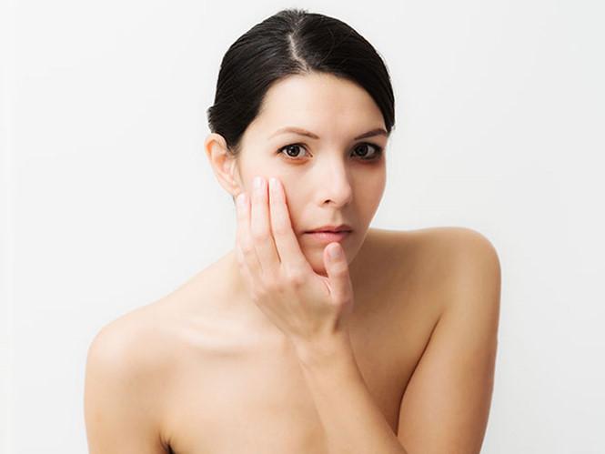 Ngủ đủ giấc nhưng bạn vẫn xuất hiện quầng thâm mắt chứng tỏ làn da đang bị thiếu nước, cần được cấp ẩm