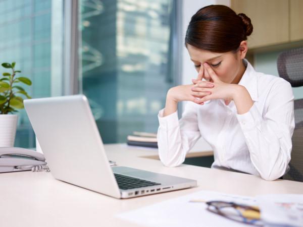 Tia bức xạ từ máy tính là tác nhân gây nên tình trạng nám và tàn nhang cho chị em làm việc văn phòng