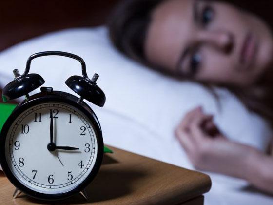 Mất ngủ, thức khuya cũng là nguyên nhân khiến da ngày càng sạm màu, xuất hiện nám và tàn nhang nhiều hơn
