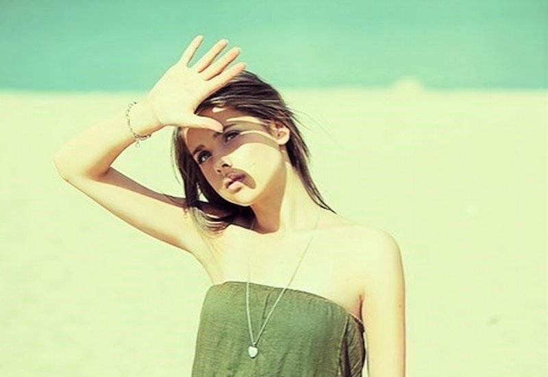 Nếu làn da không được bảo vệ đúng cách thì ánh nắng mặt trời sẽ làm sản sinh thêm melanin, gây nên tình trạng nám và tàn nhang trên da mặt