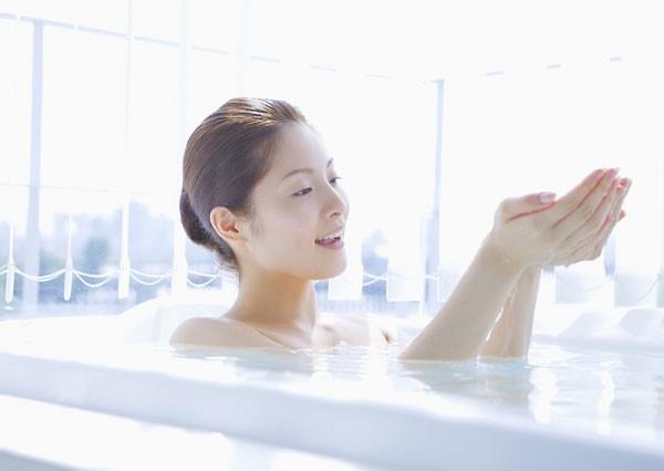 Mùa đông đến, tắm bằng nước ấm là giải pháp tốt nhất để bảo vệ làn da không còn khô nứt, thô ráp