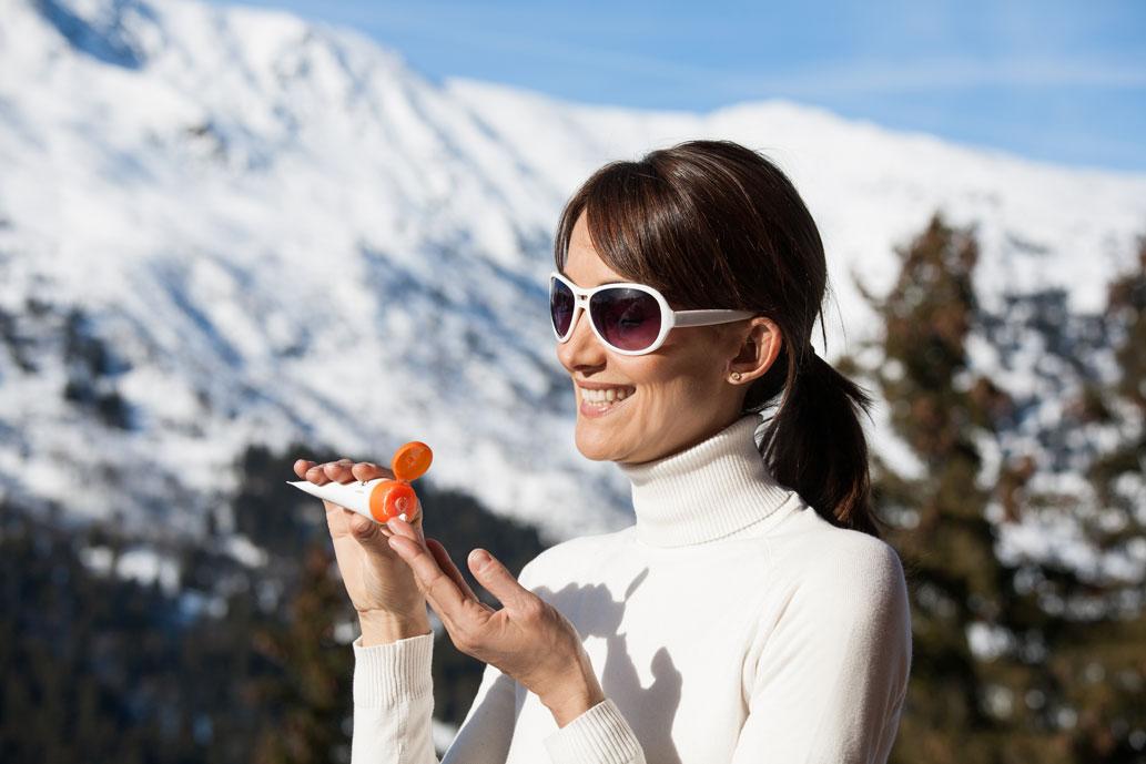 Dù vào mùa đông hay mùa hè, chị em cũng nên sử dụng kem chống nắng để bảo vệ làn da một cách tối ưu