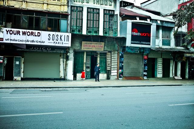 Hai ông cháu đi chúc Tết trên phố Hàng Bài ngày Mồng Một Tết. Ảnh Minh Việt