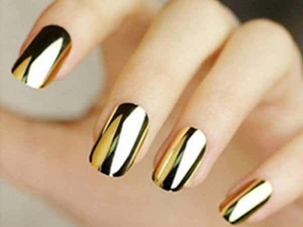 Móng tay màu vàng gold giúp đôi bàn tay nổi bật hơn