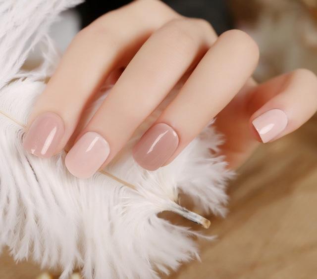 Móng tay màu nude giúp đôi bàn tay đẹp nhẹ nhàng, tinh tế