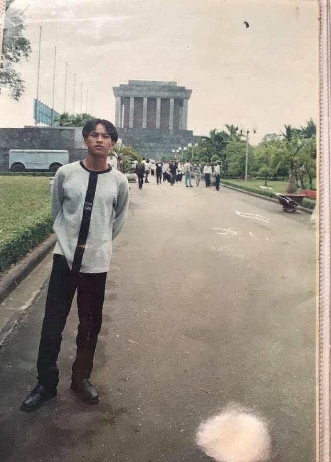 Hồ Quang Hiếu khoe ảnh mặc áo thụng, tóc bổ luống