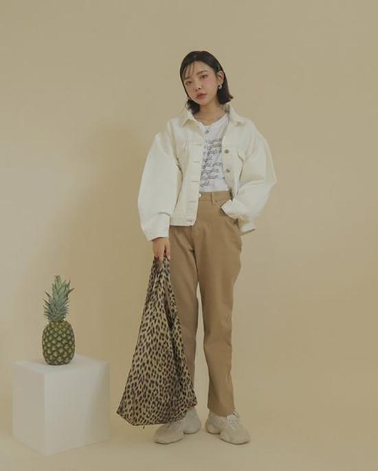 Ngoài các kiểu váy áo mang tính tiện dụng cao, vải in hoạ tiết da beo còn được dùng để sản xuất các mẫu túi vải thời trang dễ phối đồ.