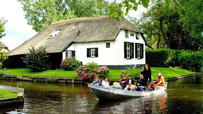Ngôi làng không có đường đi, nhà nào nhà đó tràn ngập hoa tươi, đẹp như trong cổ tích - Ảnh 16.