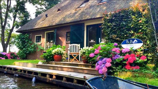 Ngôi làng không có đường đi, nhà nào nhà đó tràn ngập hoa tươi, đẹp như trong cổ tích - Ảnh 17.
