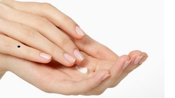 Ở ngón tay này, nốt ruồi son dự báo người phụ nữ sẽ có một cuộc sống bình yên, hạnh phúc, ngập tràn tình yêu