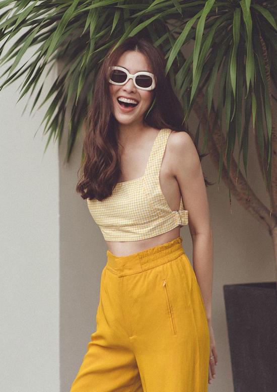 Tăng Thanh Hà giúp mình trở nên rạng rỡ và trẻ trung hơn với cách mix áo hai dây đi kèm quần ống rộng tông vàng mù tạt.