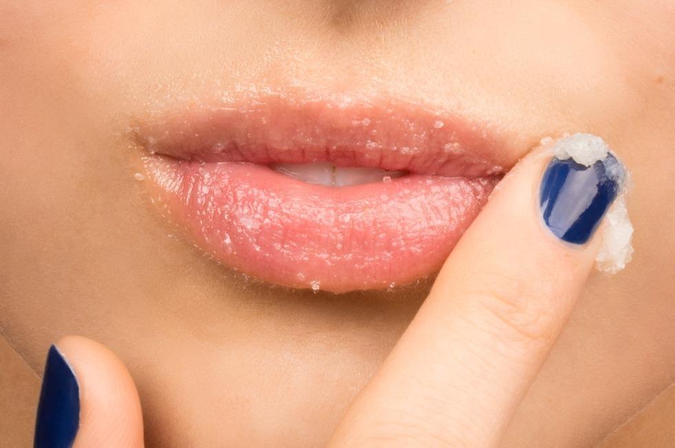 Việc tẩy tế bào chết giúp môi lên màu son chuẩn và sắc nét hơn
