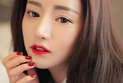 Màu đỏ, hồng đậm mang lại vẻ đẹp quyến rũ cho đôi môi mỏng