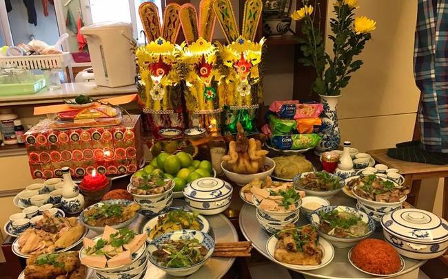 Vào ngày 23 tháng Chạp hàng năm gia đình nào cũng làm cơm, cúng cá chép sống, vàng mã, y phục làm bằng giấy gồm mũ cánh chuồn, hia, quần áo,... để tiễn ông Táo về chầu trời