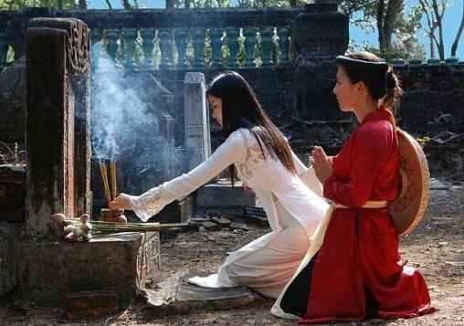 Đối với người Việt Nam việc chăm sóc mồ mả tổ tiên rất được coi trọng