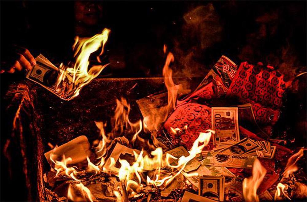 Hóa vàng tức là đốt những đồ vàng mã trên bàn thờ tổ tiên trong mấy ngày tết để tiễn linh hồn gia tiên về trời