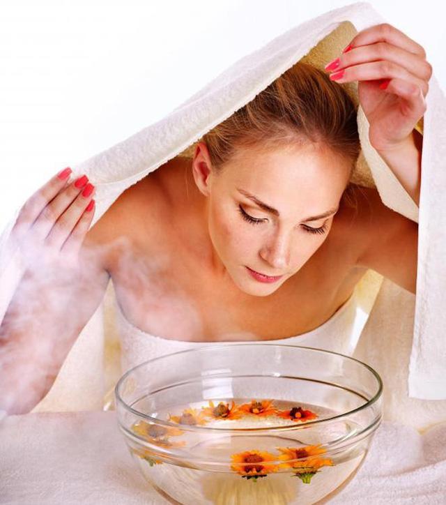 Tẩy trang sạch sẽ và xông hơi da mặt là cách tốt nhất giúp làn da đang bị tổn thương do mụn được thư giãn, phục hồi