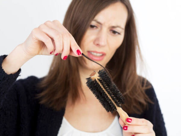 Rụng tóc là tình trạng thường gặp khi phụ nữ bước vào độ tuổi trung niên