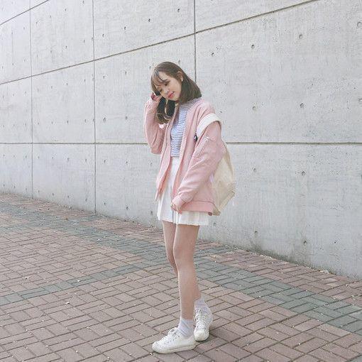 Đáng yêu với croptop kẻ mix cùng chân váy xếp li trắng và theo đó là chiếc áo khoác nỉ hồng xinh xắn.