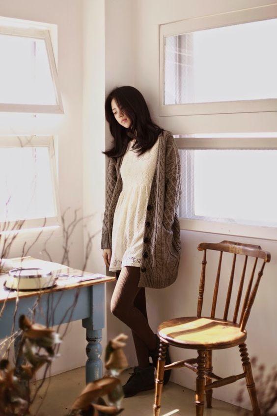 Diện váy xinh và áo khoác len mỏng cùng tất quần chuẩn Hàn luôn.