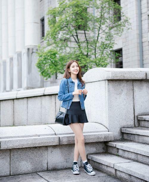 Xinh xắn với chân váy đuôi cá và áo khoác jeans.