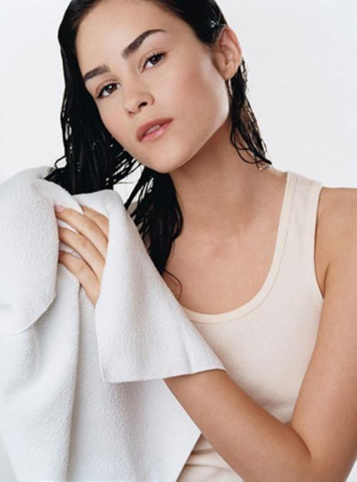Không siết và chà xát khăn tắm quá mạnh vào mái tóc đang ướt