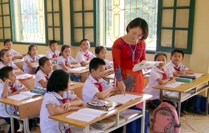 Tiếng cô giảng đều đều trên lớp và ánh mắt ngây thơ của đám trẻ học trò khiến tôi nhớ lại những kỷ niệm thời cắp sách
