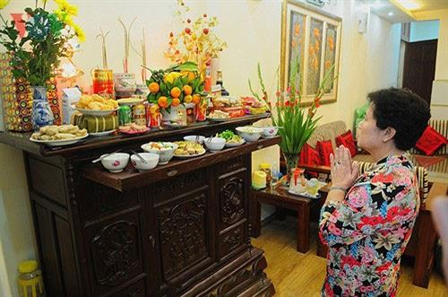 Vào ngày mùng 1 Tết Nguyên Đán,những gia đình kinh doanh, buôn báncần phải dâng lễ lên bàn thờ gia tiên và đọc văn khấn thần Tài để cầu mong một năm mới an lành, may mắn