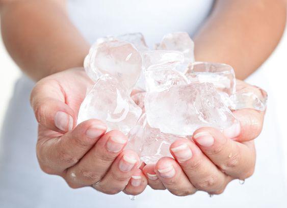 Bên cạnh đó, nước đá lạnh còn làm se khít lỗ chân lông và cấp nước cho da.