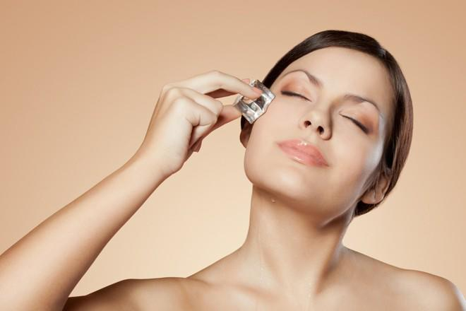 Đá viên sẽ khiến co thắt các mạch máu đã giãn nở kết quả làm giảm quầng thâm dưới mắt.