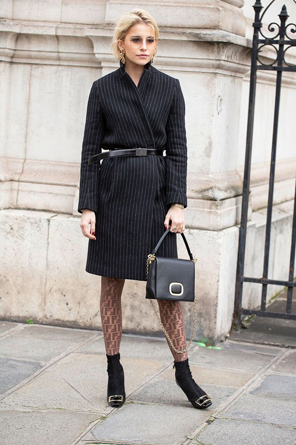Mang những đặc trưng của sự thanh lịch, sang trọng của dòng trang phục vest, vì thế blazer dress là kiểu váy rất dễ sử dụng đến văn phòng.