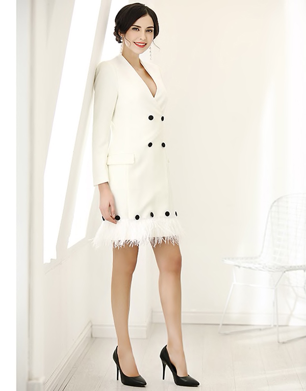 Những chất liệu vải tweed, lông vũ, vải dạ cũng được sử dụng để mang tới bộ cánh hợp mốt thu đông cho phái đẹp.