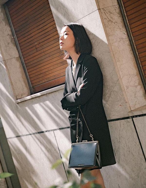 Blazer dress đen vẫn là trang phục được ưa chuộng nhất, bởi nó không kém da, dễ sử dụng và không giây khó khi mix phụ kiện đi kèm.