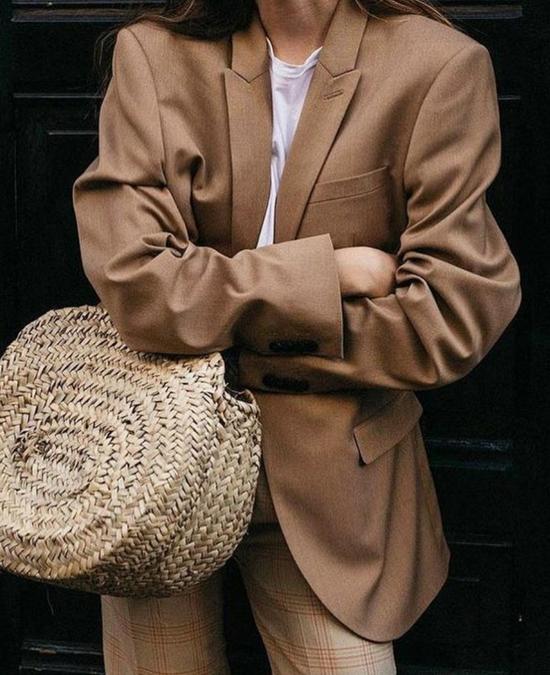 Bước vào mùa thu đông, áo blazer được ưa chuộng nhiều hơn. Ở xu hướng năm nay, các kiểu áo phom dáng rộng tiếp tục chiếm được cảm tình của phái đẹp.