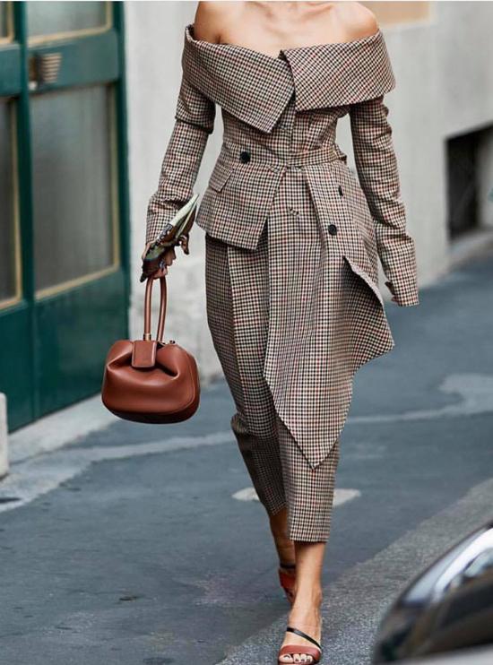 Áo vest trễ vai thổi làn gió tươi mới vào làng thời trang thế giới. Nó mang đến cảm nhận lạ lẫm về cách diện suit ở mùa thu đông bởi biến tấu độc đáo phần cổ áo.